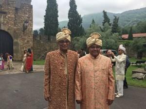 A la derecha, Bipin K Desai con su hermano