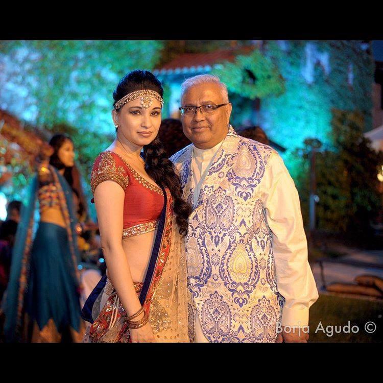 El padre del novio, Bipin K Desai con Kanika  Kapoor