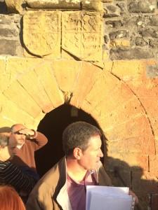 Carlos Glaría frente al escudo de armas de Loyzaga