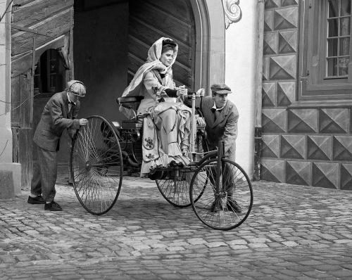 El primer viaje en automóvil en solitario lo realizó una mujer