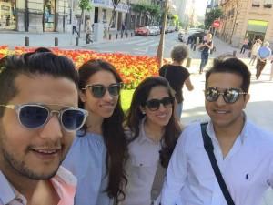 A la izquierda, Ronak y Gayatri con el hermano y su mujer